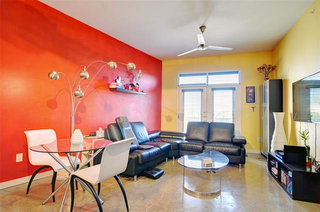 201 W Lancaster Avenue living room